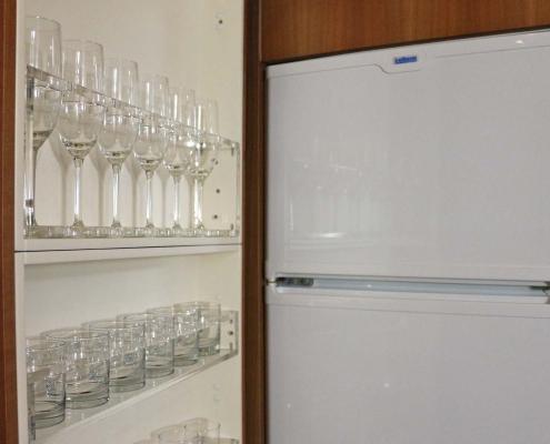 Gläser- und Kühlschrank im Salon